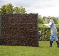 Osłona kompostownika w ogrodzie
